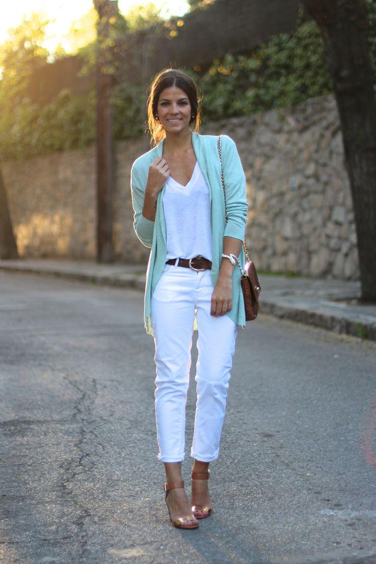 Mix áo cardigan cùng áo thun và quần Jeans